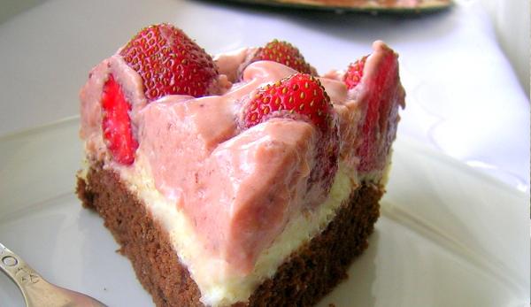 Tort z musem z białej czekolady
