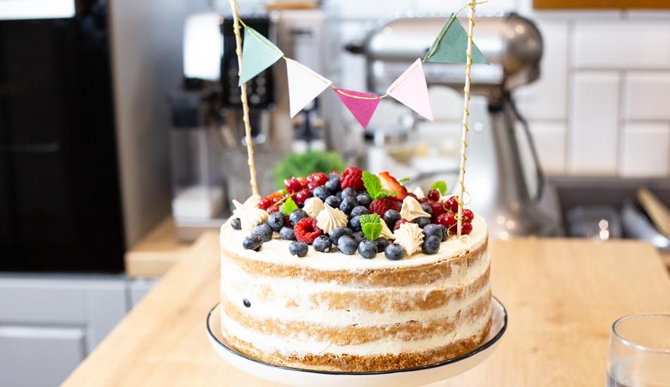 Tort z bitą śmietaną i owocami